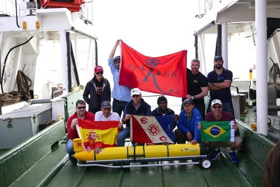 El equipo de investigadores celebra el hito de la primera circunnavegación del Atlántico Sur de robot submarino autónomo RU29. (Foto: Ben Allsup (TELEDYNE WEBB RESEARCH))